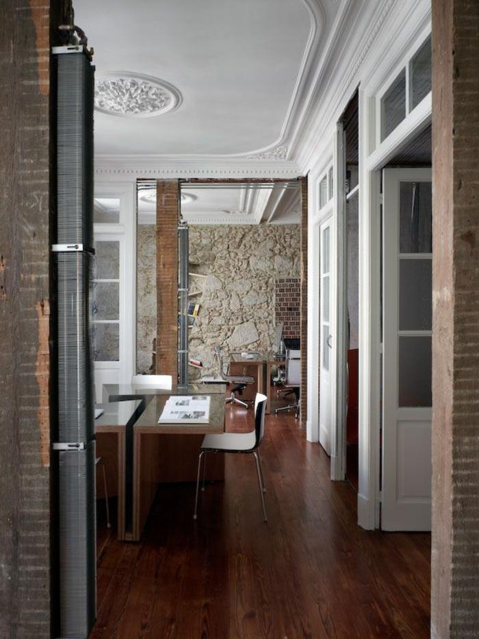 1-joli-plafond-avec-decoration-moulures-decoratives-avec-corniche-plafond-sol-en-parquet-foncé