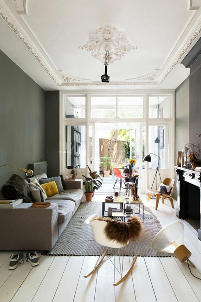 1-joli-salon-avec-moulure-décorative-sur-le-plafond-blanc-avec-une-jolie-chaise-bercante