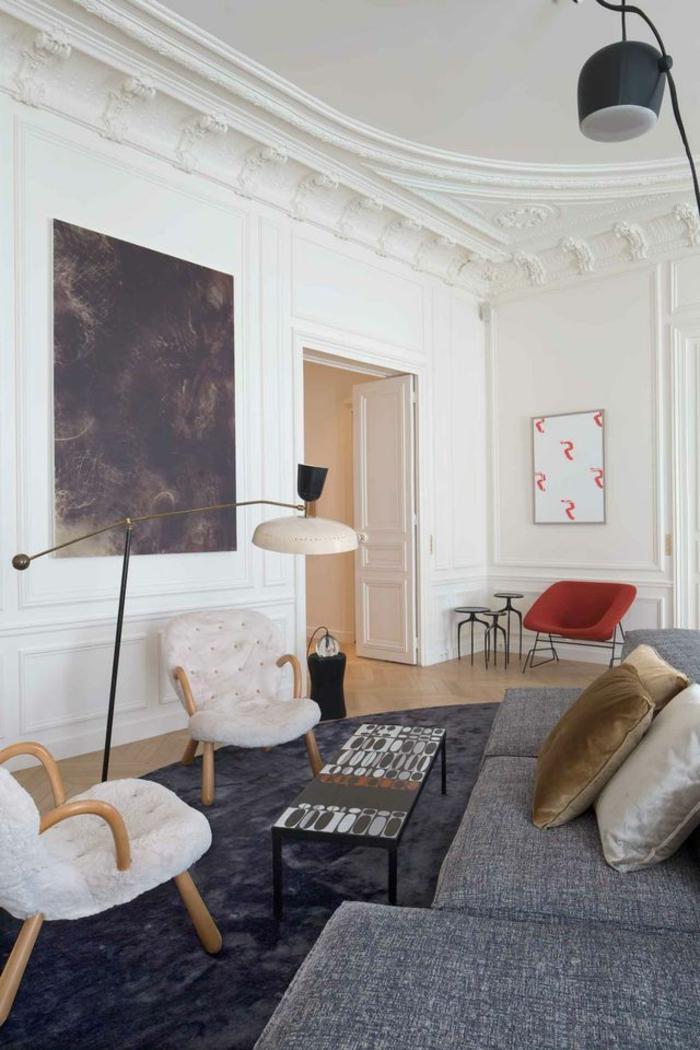 1-joli-salon-avec-moulures-decoratives-avec-corniche-plafond-blanc-canape-gris-tapis-gris-dans-le-salon-moderne