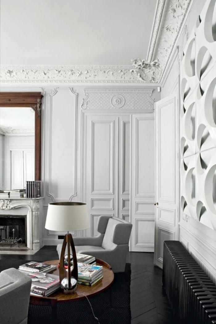 1-joli-salon-avec-moulures-decoratives-avec-corniche-plafond-et-murs-blancs-miroir-grand-et-lampe-blanche
