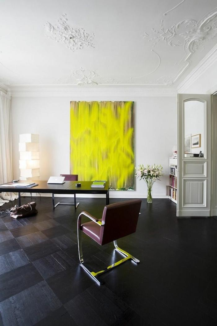 1-joli-salon-avec-sol-en-parquet-noir-grand-tableau-art-jaune-et-decoration-de-plafond