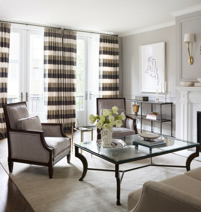 1-joli-salon-avec-table-en-verre-et-rideuax-longs-a-rayures-chaise-grise-tapis-beige