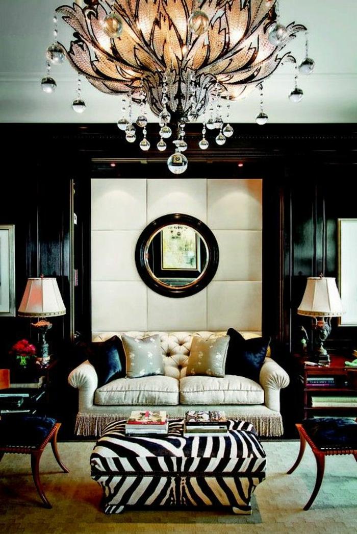 1-joli-salon-de-style-baroque-avec-fauteuil-zebre-et-un-petit-fauteuil-crapaud-blanc-noir-avec-lustre-baroque
