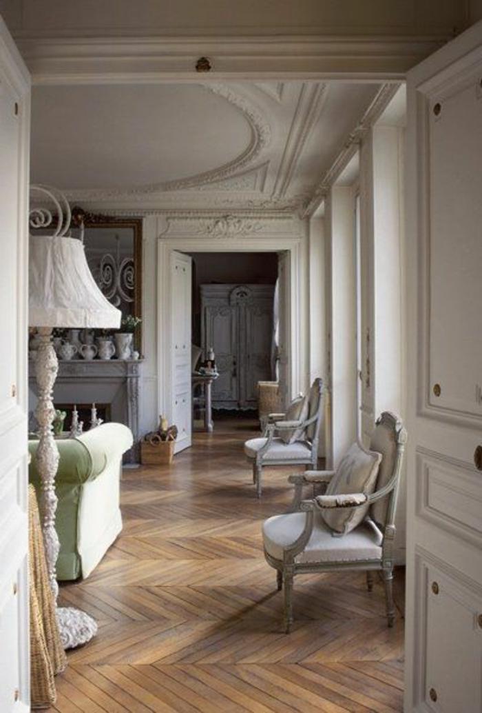 1-joli-salon-de-style-baroque-avec-moulure-décorative-sur-le-plafond-et-parquet-en-bois