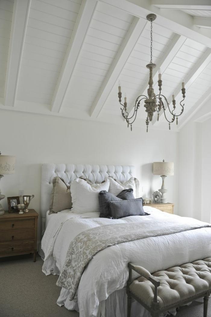 1-jolie-chambre-a-coucher-sous-pente-avec-lit-captionné-avec-tete-de-lit-captionnée