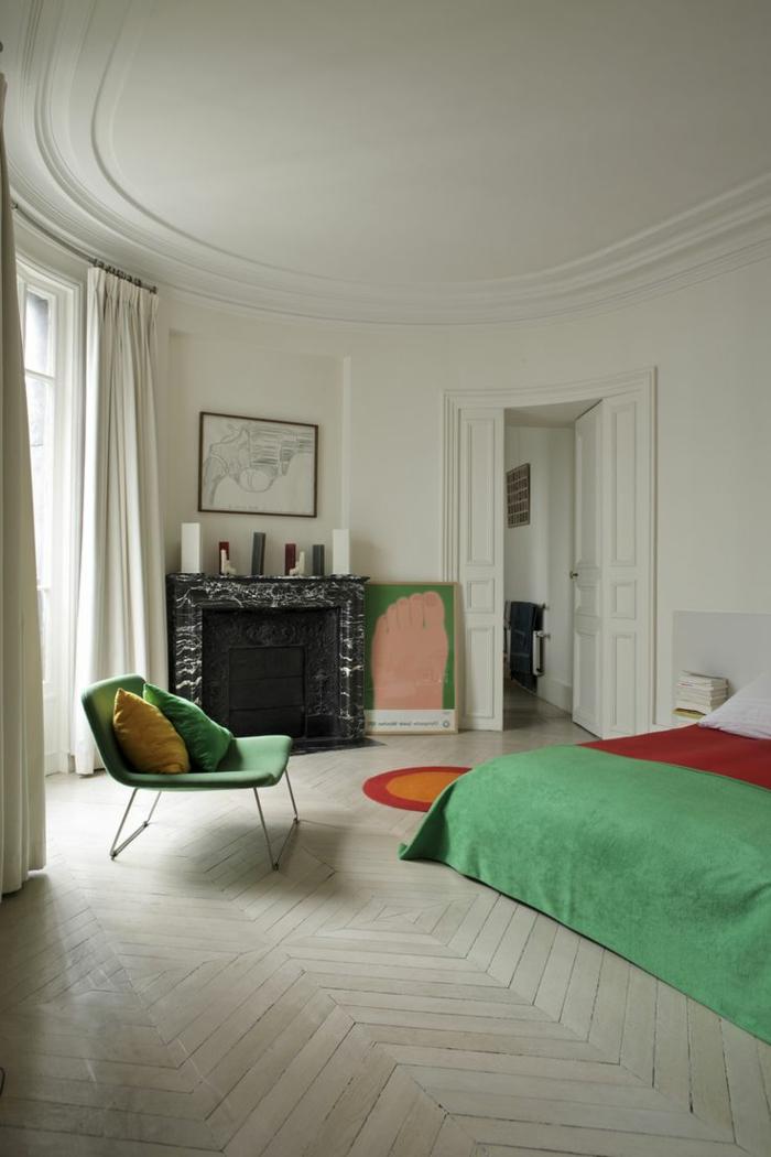 1-jolie-chambre-a-oucher-avec-moulures-decoratives-avec-corniche-plafond-sol-en-parquet-et-chaise-verte