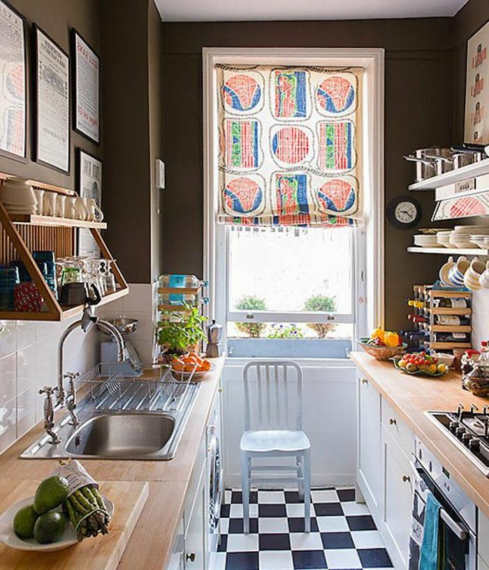 1-jolie-cuisine-avec-rideau-de-cuisine-coloré-sol-blanc-noir-carreaux-murs-beiges