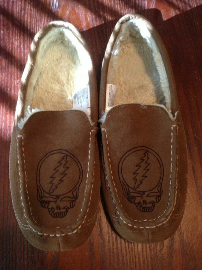 1-jolie-design-de-pantoufles-charentaises-marron-foncé-pour-avoir-chaud-chez-vous
