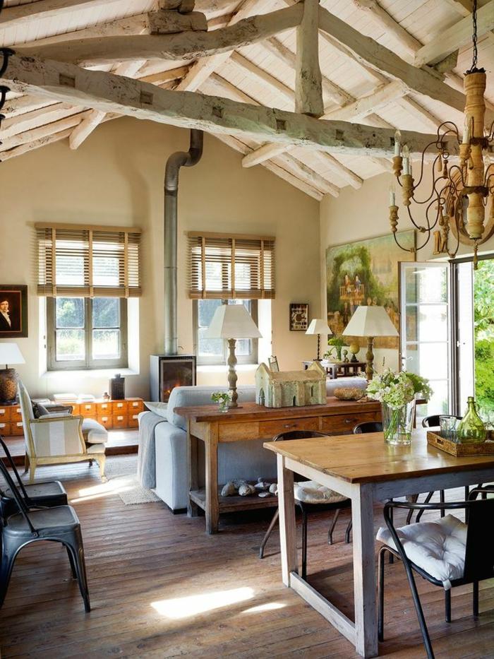 1-jolie-maison-familiale-et-rurale-avec-planchers-en-bois-clair-canape-gris-et-cheminée-d-interieur