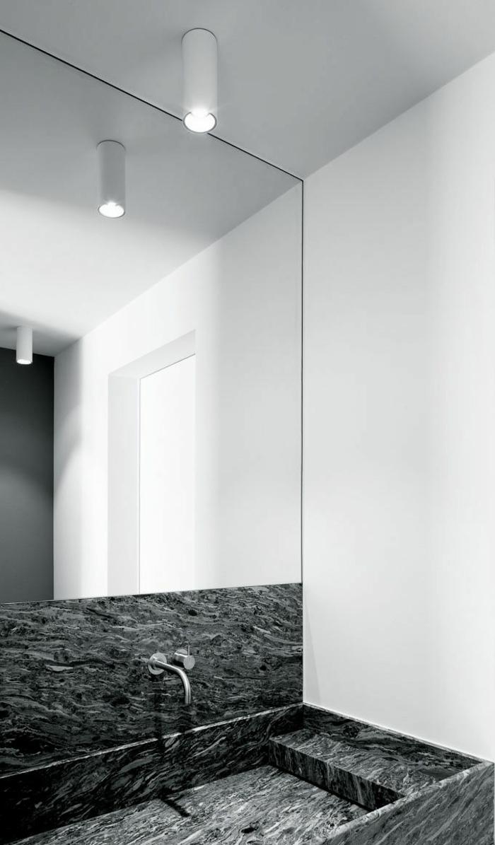 1-jolie-salle-de-bain-avec-baignoire-en-marbre-gris-mur-en-miroir-murs-blancs