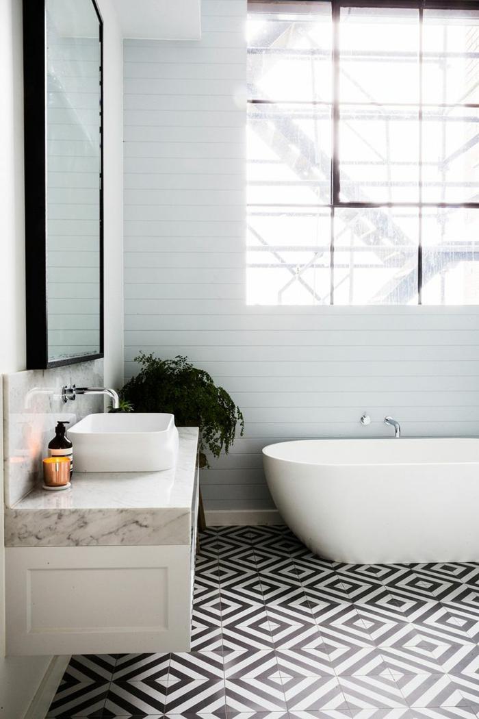 ... avec sol en parquet en bois clair et murs en carrelage noir et blanc