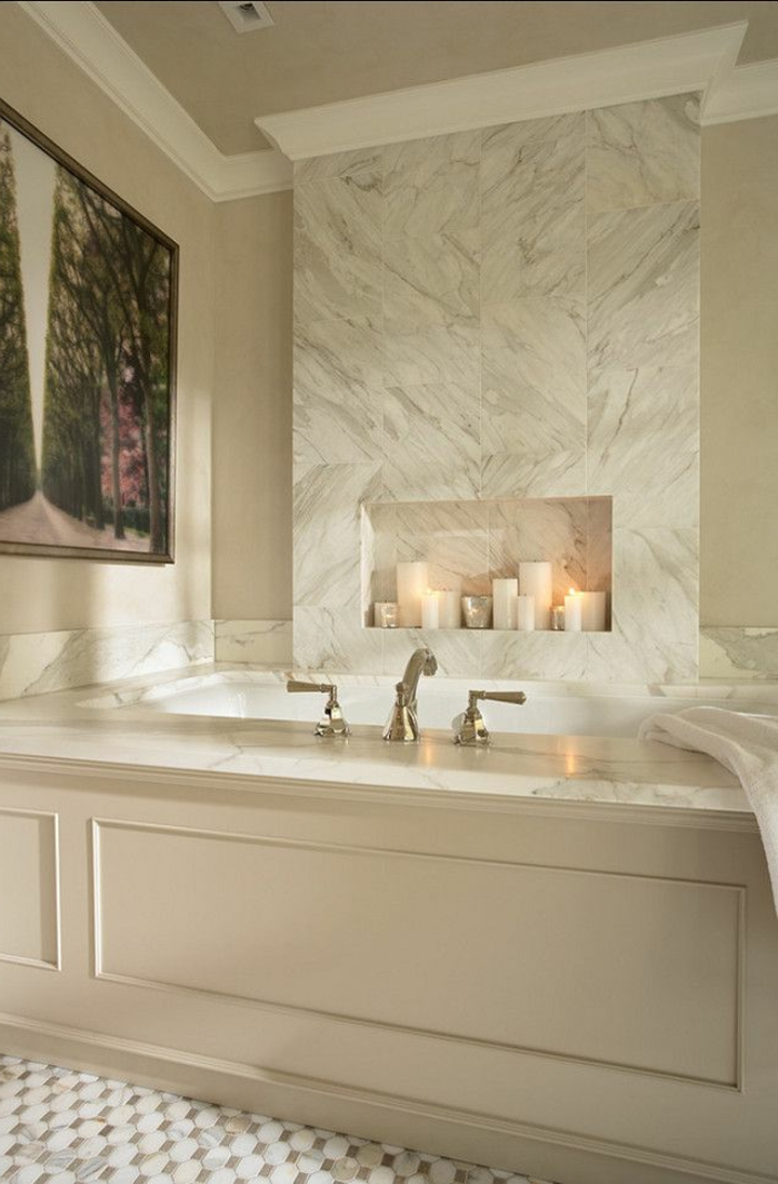 1-jolie-salle-de-bain-beige-en-marbre-beige-et-baignoire-en-marbre-beige-bougies-decoratifs