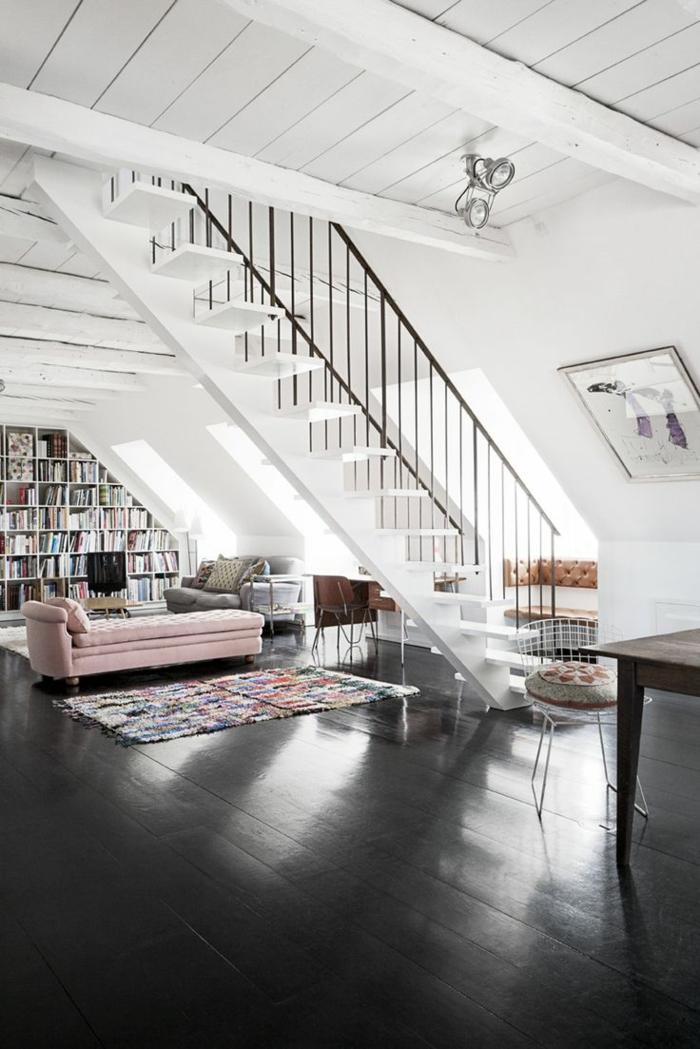 1-jolie-salle-de-sejour-avec-bibliotheque-sous-comble-et-parquet-noir=escalier-d-interieur