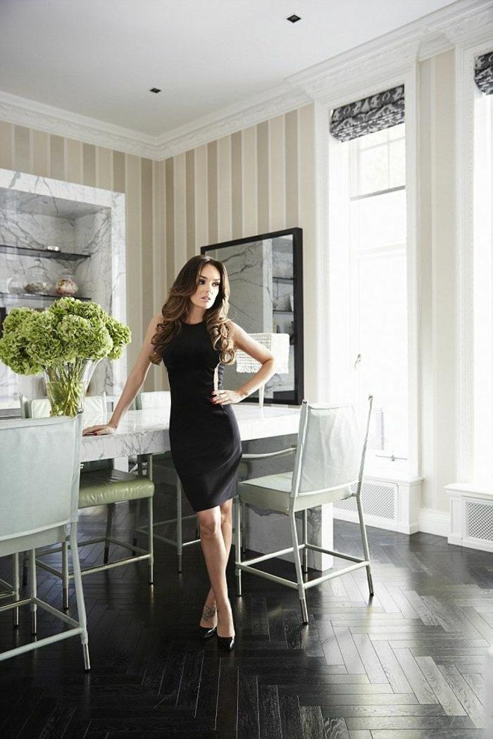 1-jolie-salle-de-sejour-avec-parquet-noir-savon-noir-parquet-et-murs-beiges-plafond-blanc