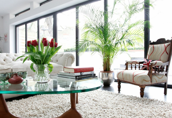 1-jolie-table-basse-ikea-table-de-salon-en-verre-avec-tulipes-rouges-dans-le-salon-moderne