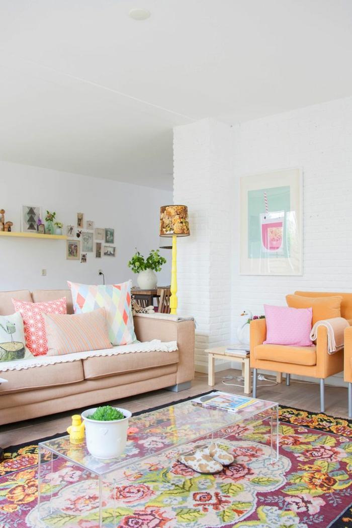 1-jolie-table-en-verre-dans-le-salon-moderne-avec-canape-beige-et-murs-blancs