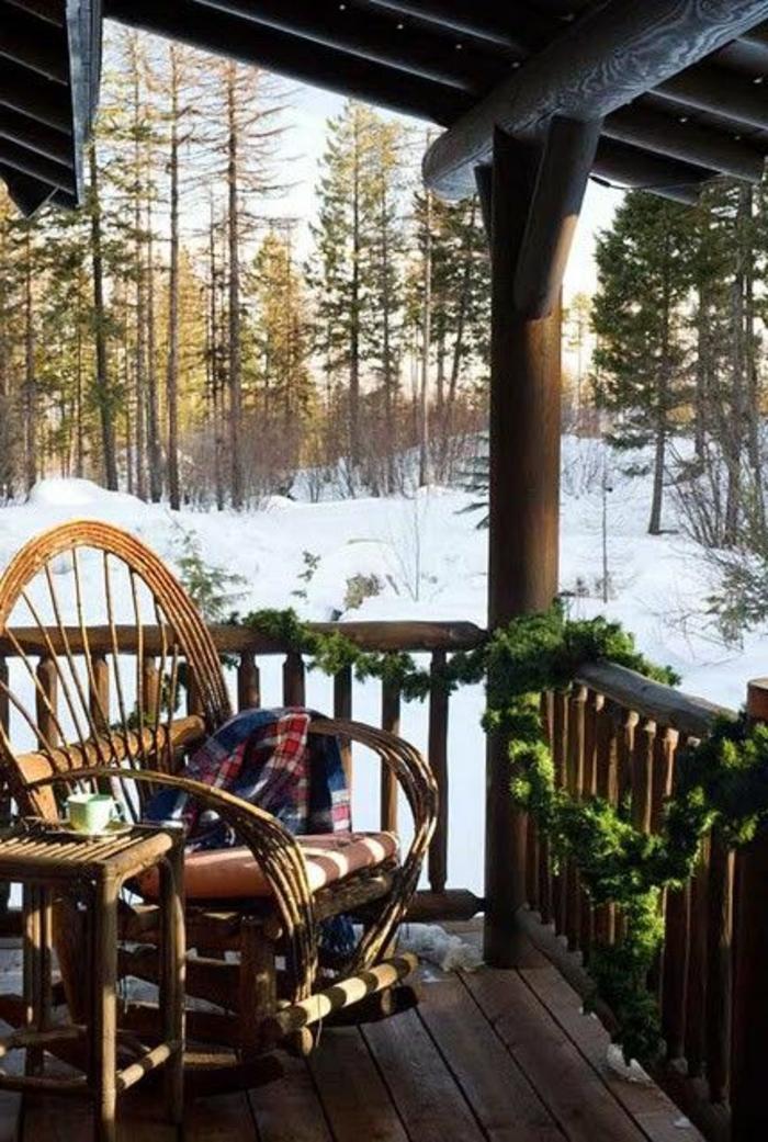 1-jolie-vue-de-la-maison-familiale-et-rurale-de-style-rustique-planchers-en-bois-chaise-berçante-en-bois