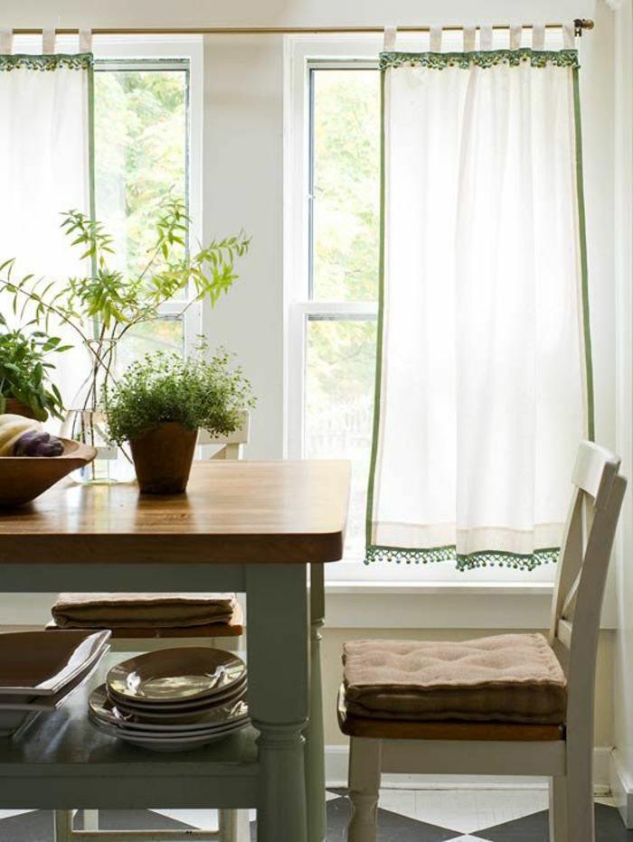 1-les-rideaux-blancs-verts-table-en-bois-foncé-plantes-vertes-d-interieur-fenetres-grandes