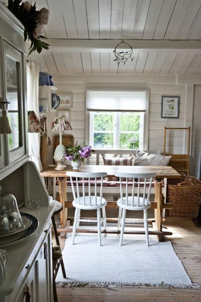 1-maison-familiale-et-rurale-sol-en-planchers-en-bois-clair-plafond-sous-pente-et-chaises-en-bois-blanc