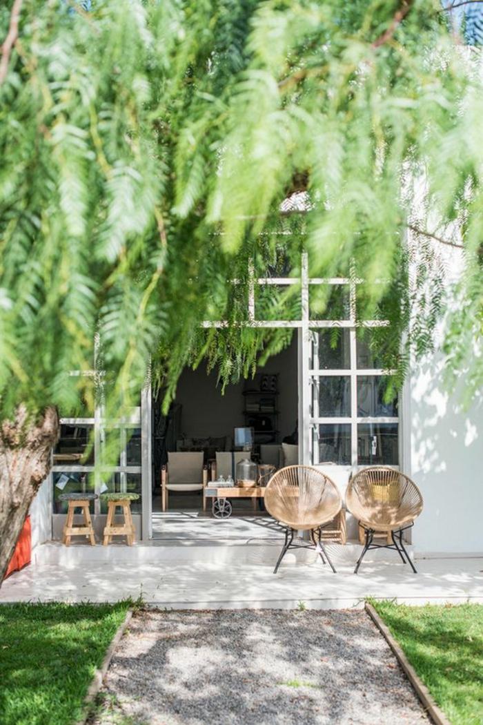 1-maisons-familiales-de-vacances-chaise-en-rotin-pour-le-jardin-avec-pelouse-verte