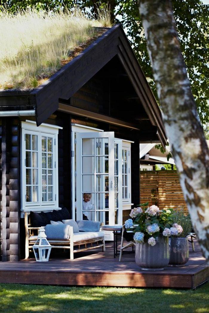 1-maisons-familiales-de-vacances-maison-rustique-avec-pelouse-verte-devant-la-chambre