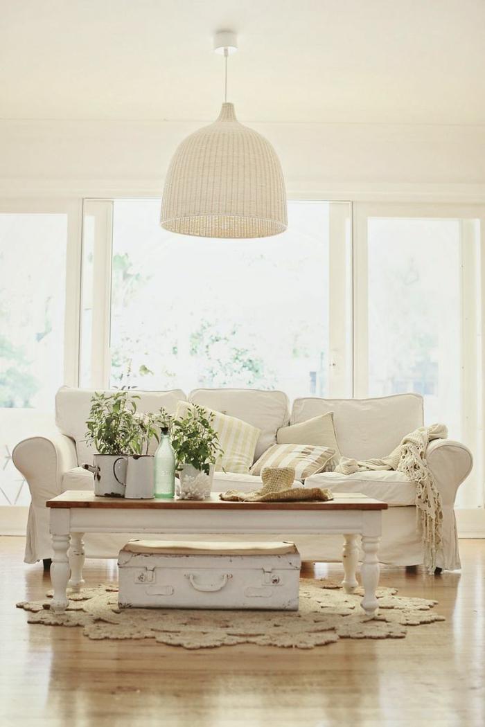 1-maisons-familiales-de-vacances-salon-avec-canape-blanc-et-lustre-en-rotin-blanc-fleurs-sur-la-table