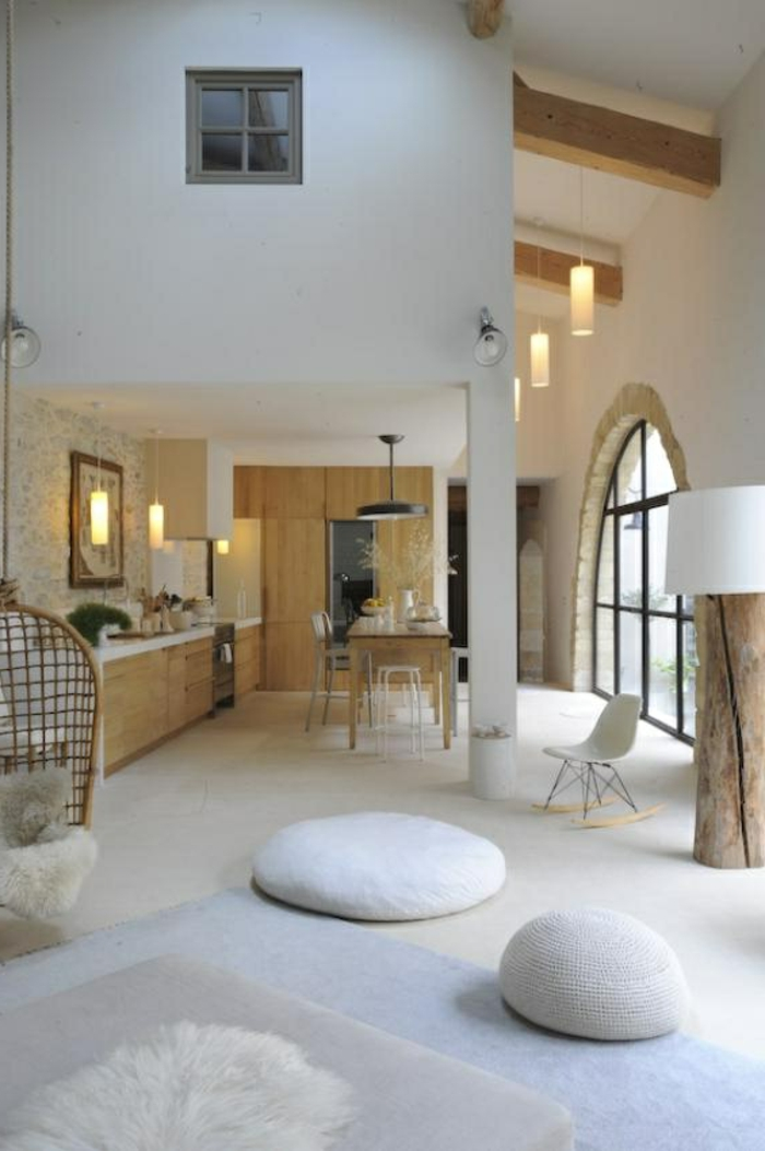 1-maisons-familiales-de-vacances-sol-blanc-avec-coussins-de-sol-blancs-chaise-blanche-bercante