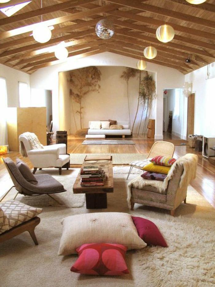 1-maisons-familiales-de-vacances-tapis-beige-dans-le-salon-avec-combles-en-bois