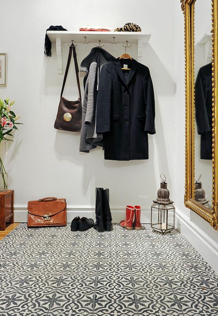1-moderne-couloir-sol-en-carrelage-noir-et-blanc-et-grand-miroir-dans-le-couloir-retro-chic