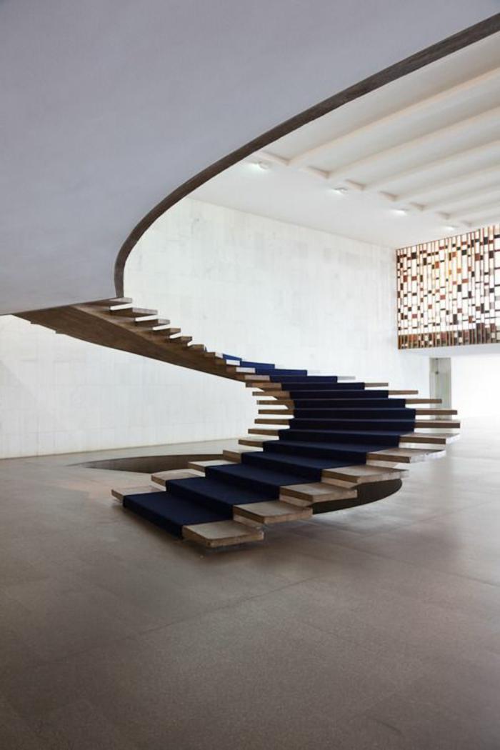 1-moderne-escalier-tournant-interieur-moderne-dans-la-maison-d-esprit-loft