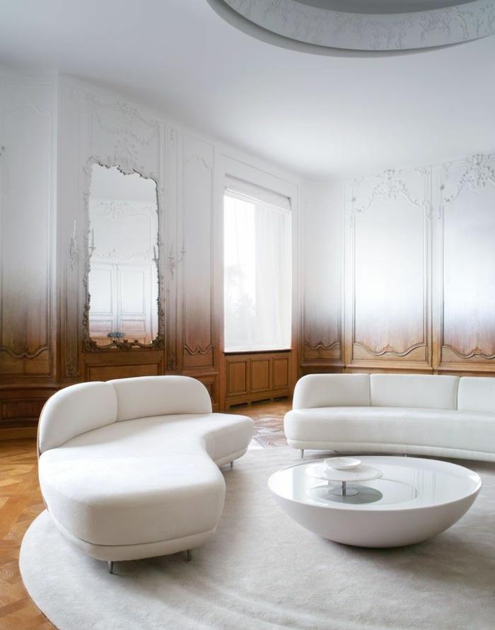 1-moulure-décorative-pour-les-murs-dans-le-salon-moderne-avec-meubles-blancs-et-sol-en-parquet