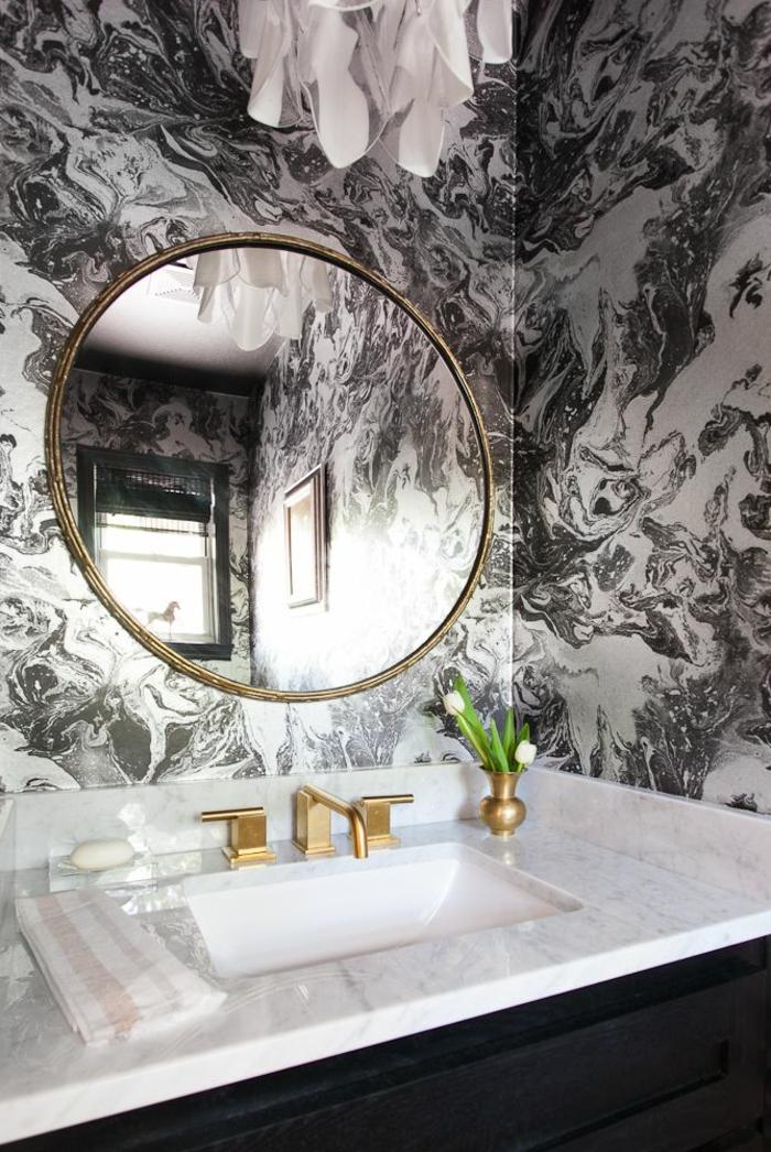 1-papier-peint-noir-et-blanc-dans-la-salle-de-bain-fleurs-plantes-vertes-avec-fleur