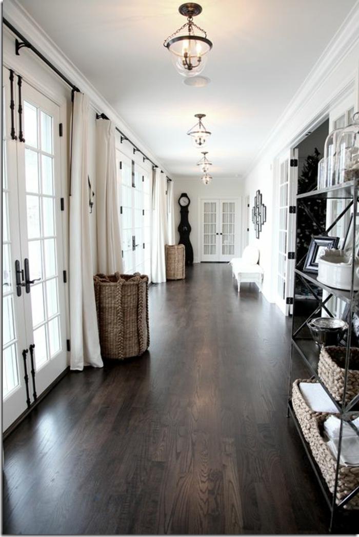 1-parquet-noir-dans-le-couloir-de-style-classique-rideaux-longs-beiges-et-plafond-blanc