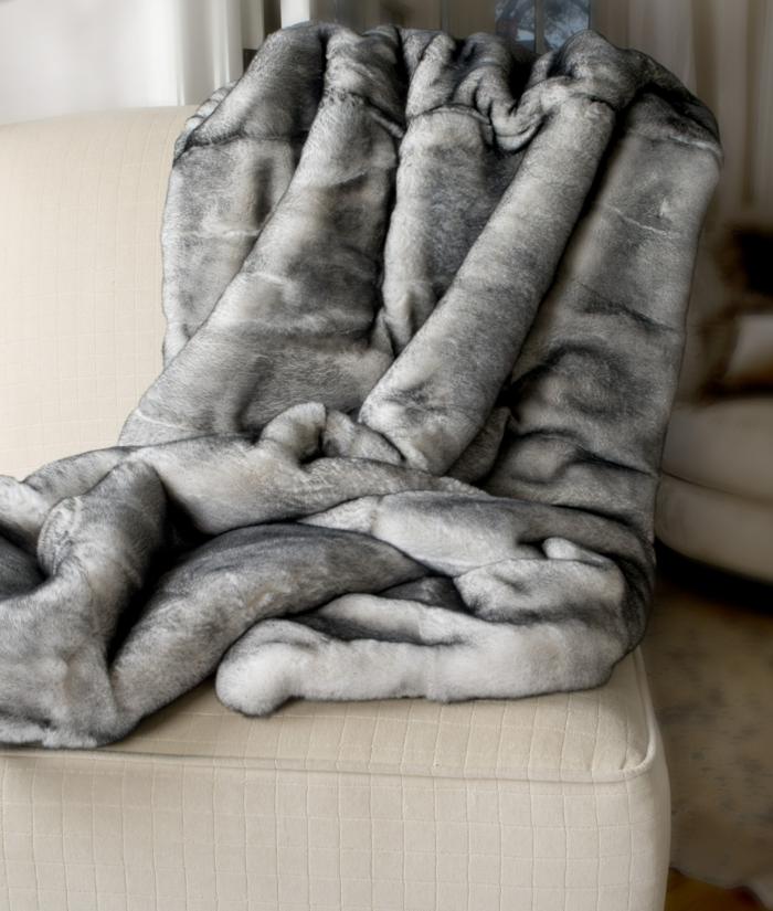 1-plaid-fausse-fourrure-pas-cher-blanche-plaide-fourrure-gris-pour-le-canape-beige-dans-le-salon