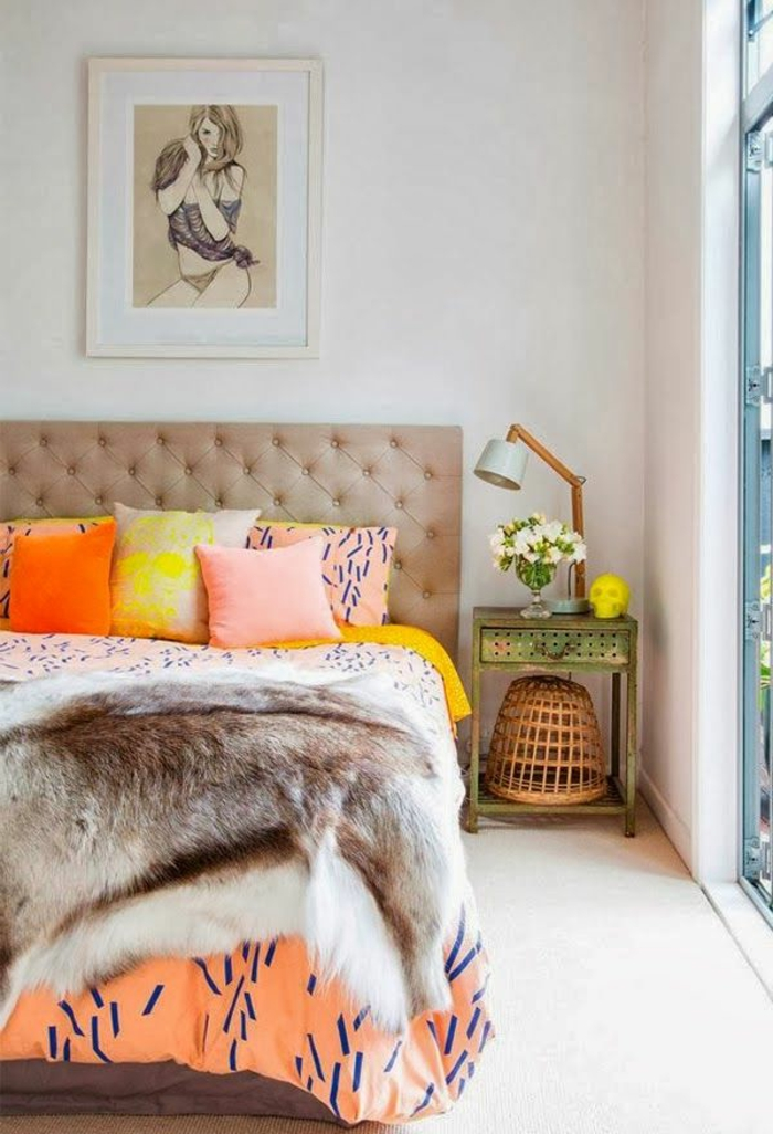 1-plaid-fausse-fourrure-pas-cher-tete-de-lit-en-cuir-beige-coussins-colorés-pour-le-lit