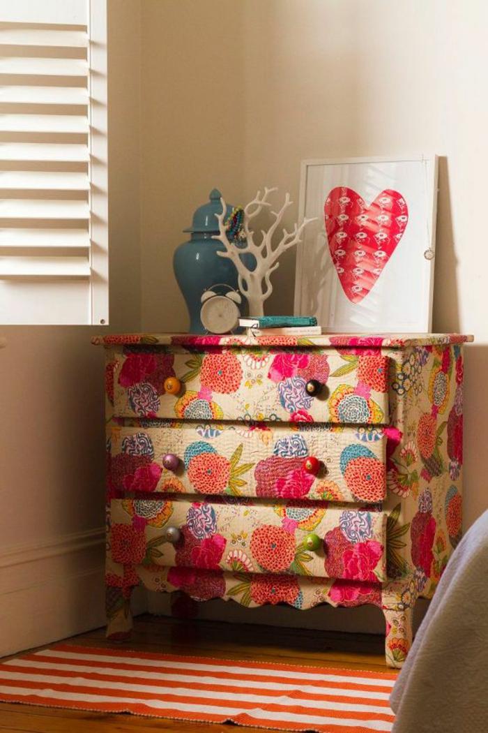 1-relooker-un-meuble-en-bois-avec-fleurs-comment-decorer-les-meubles-colorés