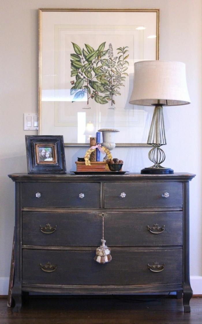 1-relooker-un-meuble-en-bois-de-couleur-gris-et-bois-foncé-gris-lampe-d-entree-blanche