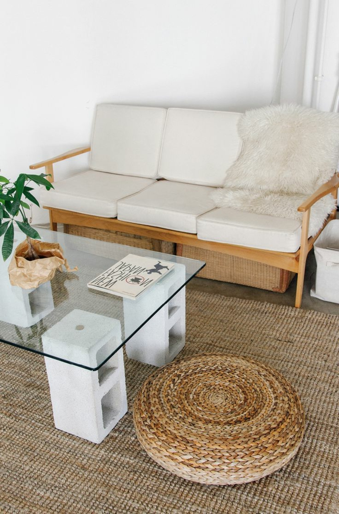 1-salon-avec-tapis-en-rotin-chaise-en-rotin-et-table-basse-ikea-conforama-table-basse-en-verre