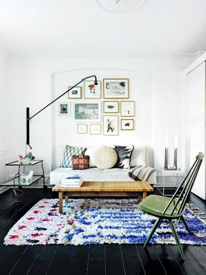 1-salon-moderne-savon-noir-parquet-tapis-colore-table-basse-de-salon-en-bois-clair