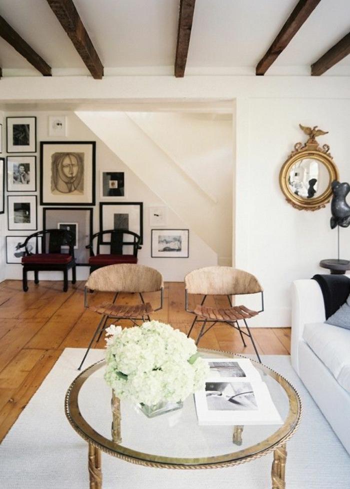 1-table-baroque-en-verre-ronde-avec-fleurs-blancs-dans-le-salon-avec-parquet-en-bois-clair