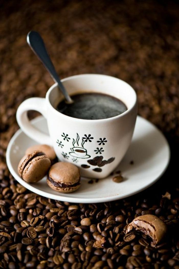 1-tasses-à-café-bodum-banches-avec-dessert-a-cote-dessert-delicieux-a-cote