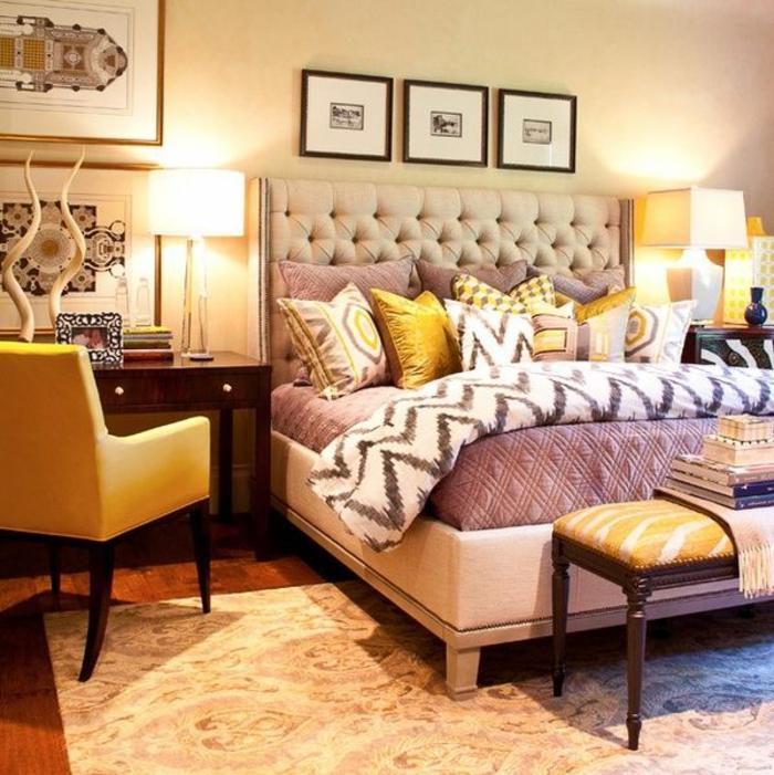 1-tete-de-lit-captionnée-en-cuir-beige-et-tapis-beige-chaise-jaune-dans-la-chambre-a-coucher