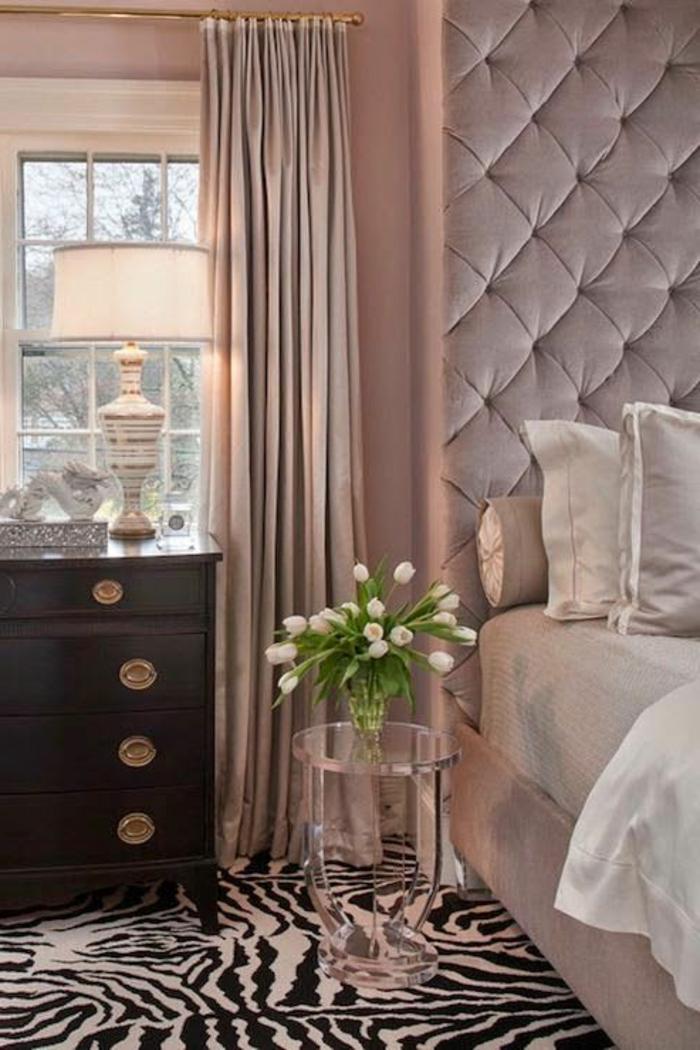 1-tete-de-lit-captionnée-et-tapis-zebre-dans-la-chambre-a-coucher-de-luxe-et-fleurs-tulipes-blancs