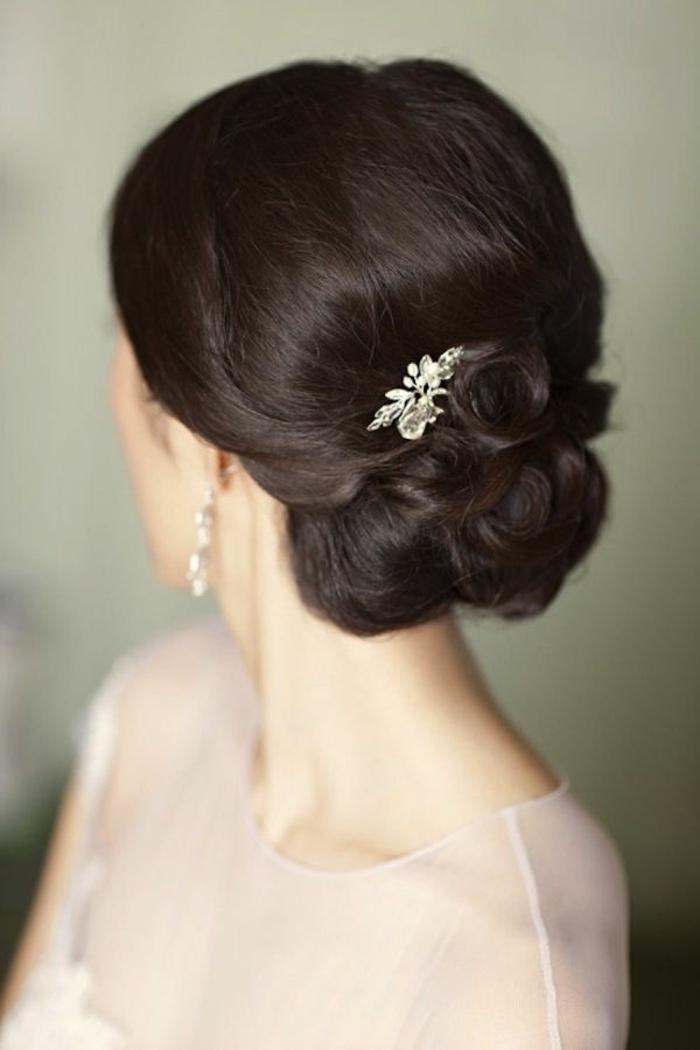 1-tuto-coiffure-cheveux-courts-marrons-pour-les-filles-elegantes-avec-boucles-d-oreilles-originales