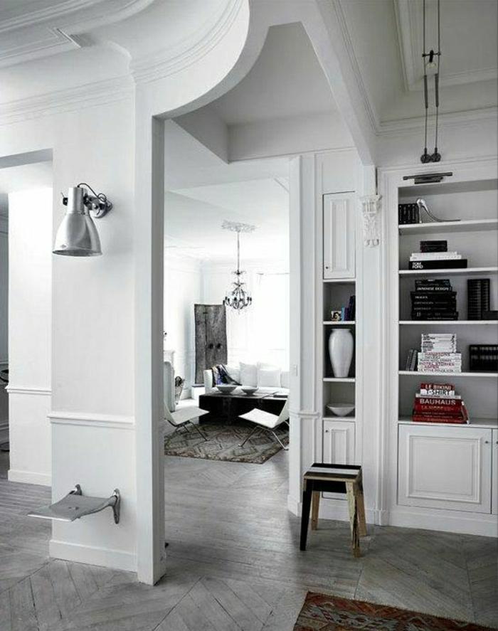 2-0-comment-decorer-les-murs-dans-le-salon-moderne-avec-parquet-gris-en-bois