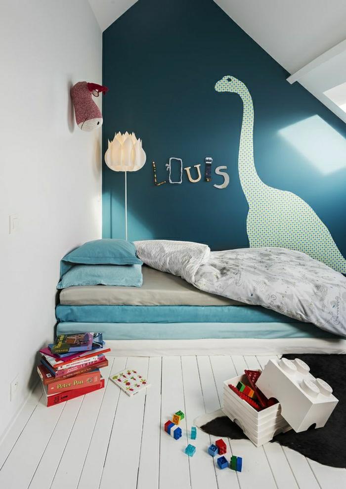 2-1-deco-murale-originale-dans-la-chambre-d-enfant-sous-pente-mur-bleu-foncé-sous-pente