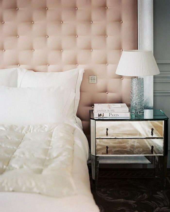 2-1-lit-captionné-avec-tete-de-lit-captionnée-en-cuir-rose-pale-et-lampe-de-chevet-blanche