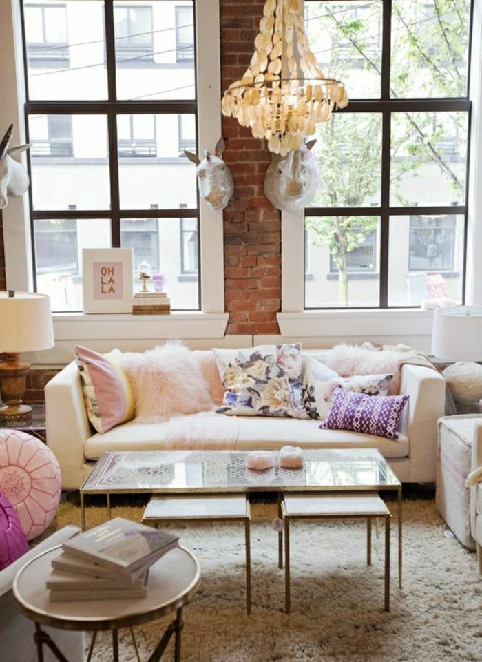 2-comment-bien-amenager-le-meilleur-salon-avec-mur-en-briques-rouges-lustre-baroque-table-basse-ikea-conforama-table-basse