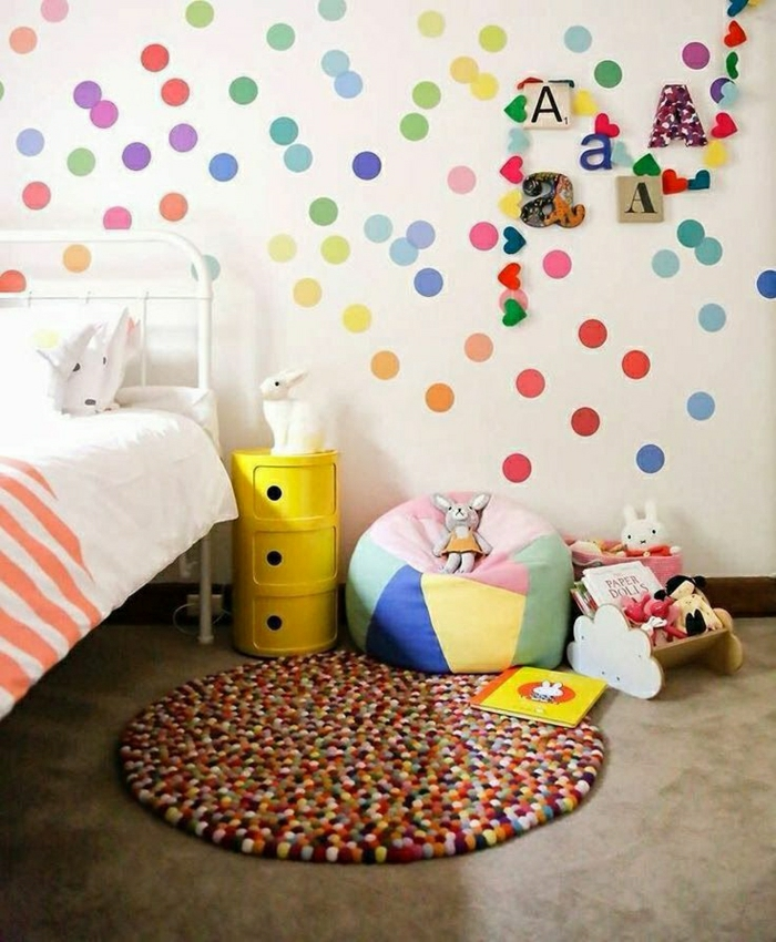 2-deco-murale-originale-dans-la-chambre-d-enfant-decoration-avec-points-colores