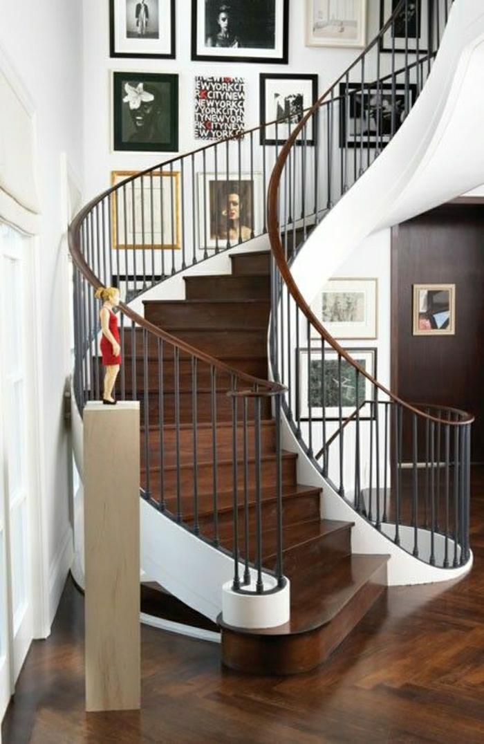 2-escalier-demi-tournant-en-bois-foncé-et-parquet-foncé-decoration-murale